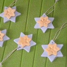 De jolies petites étoiles scintillantes réalisées avec un peu de pâte à modeler, voilà de quoi occuper un peu les enfants à quelques heures de Noël!!!