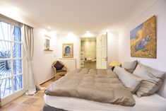 Guest room, Le Canard, direct access to garden and sea-view, box spring bed and en-suite bathroom, air-condition.