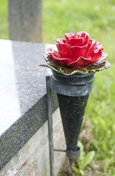 Rode roos op een grafvaas
