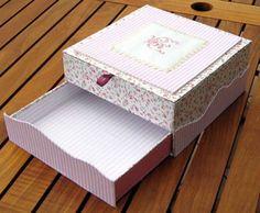 sewing box tutorial Tutoriel faire une boite à bijoux/secrets en Français Sewing Caddy, Sewing Box, Craft Bags, Craft Gifts, 3d Paper Crafts, Diy And Crafts, Scrapbook Box, Cute Box, Diy Cardboard
