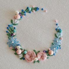 Ú【atelier Ao】Mayu KashimotoさんはInstagramを利用しています:「* It has became springlike. * *季節が春めいて、春色が使いたくなりますね。 * * *思わず欲張ってつけすぎ感あり #インカローズ #パール #ターコイズ * * *…」 Hand Embroidery Videos, Hand Embroidery Flowers, Embroidery Works, Hand Embroidery Stitches, Embroidery Hoop Art, Embroidery Techniques, Ribbon Embroidery, Cross Stitch Embroidery, Floral Embroidery Patterns