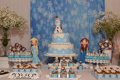 Linda festa Frozen! Acesse mais fotos da festa AQUI: http://mamaepratica.com.br/2015/06/22/ideias-fofas-criativas-festa-frozen/  Foto: blog Mamãe Prática  #festas #infantil #festa #Frozen #Elsa #Olaf #doces #docespersonalizados #meninas #princesas #mães #filhos #decoração