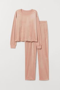 Pyjamas in soft velour. Long-sleeved top with ribbing around the neckline and cuffs. Wide bottoms with an elasticated waist. Pajama Outfits, Kpop Outfits, Fashion Outfits, Gothic Fashion, Cute Sleepwear, Loungewear Set, Long Sleeve Pyjamas, Long Sleeve Tops, Cute Lingerie