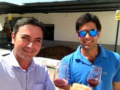 Fran León y Francisco Salado disfrutando el mosto Lágrima sin fermentar