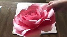 Aprenda como fazer flores gigantes de papel seguindo esse passo a passo super facil e cr Paper Flowers Craft, Large Paper Flowers, Paper Flower Wall, Crepe Paper Flowers, Giant Paper Flowers, Flower Wall Decor, Flower Crafts, Diy Flowers, Flower Decorations
