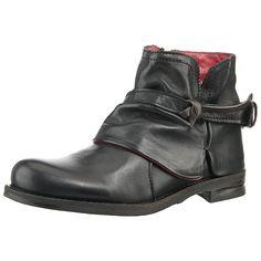 Klassisch und leicht verspielt ist diese BUFFALO Stiefelette. Der bootige Charakter des Schuhs zeichnet sich durch Leder im Obermaterial aus, das mit verspielten Details rund um den Rist und an der Ferse aufwartet.   - Verschluss: Reißverschluss - Absatzart: Block - Absatzhöhe: ca. 2,5 cm - Schafthöhe bei Gr. 42: ca. 11 cm - Schaftweite bei Gr. 42: ca. 24 cm  - griffige Profilsohle - flacher Ab...