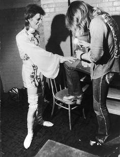 freddiegogo:  Mick Ronson painting Ziggy's nails
