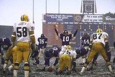 QB Fran Tarkenton leads his Vikings to the line vs. the Packers Equipo Minnesota Vikings, Minnesota Vikings Football, Best Football Team, Steelers Football, Football Stadiums, Sport Football, National Football League, Football Players, School Football