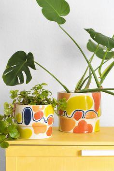 Los maceteros MARRAKECH no pasa desapercibidos :) Son como tener en casa un eterno verano. Son piezas de cerámica esmaltadas en blanco y pintadas de colores alegres como el azul, el amarillo y el naranja. Así, la combinación del macetero con la planta hará que tu vestíbulo, salón o dormitorio sea mucho más animado. #planter #ceramic #artesanal #monstera#planter #ceramic #artesanal #Plectranthus #monstera Exterior Design, Interior And Exterior, Marrakech, Planter Pots, Deco, Inspiration, Home, Enamels, Orange