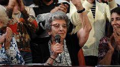 La fundadora de la agrupación que se dedica a buscar a sus familiares desaparecidos durante el último gobierno militar de Argentina espera conocer pronto a Martín. La presidenta Cristina Fernández le envió una felicitación.