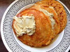 Pour ceux qui ont mangé au restaurents soixante-cinq à levis, il y a les fameuses crêpes sublimes saveur gâteau au carotte. Elles sont ga... Pancakes, Brunch, Saveur, French Toast, Vegan, Breakfast, Restaurant, Desserts, Recipes