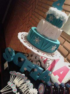 Festa personalizada Frozen - bolo fake, letras 3d, plaquinhas para docinhos, garrafinhas de água e vidro, capinhas para tic tac, capinhas de pirulitos, porta-retrato e tags para potes de vidro. (AmorArte by Valéria Lopes)