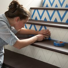 DIY: how to make a chevron pattern on stairs. The easiest and most time efficient way to create a chevron pattern is by using painters tape. Pinturas Chevron, Paint Chevron Stripes, Chevron Tape, Gold Chevron, Do It Yourself Decoration, Do It Yourself Baby, Do It Yourself Inspiration, Design Inspiration, Painted Stairs