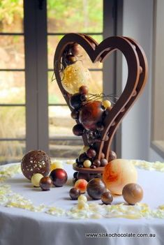 Ok, so it's not cake but this chocolate sculpture is insanely gorgeous. More from my site A Chocolate Lover's Dream Chocolate Art & Sculptures Chocolate Trail 2013 in Hong Kong – Part 2 Modeling Chocolate Elise Cakes Oreo Chocolate Gems art+cake Chocolate Work, Chocolate Hearts, Chocolate Shop, Chocolate Lovers, Chocolate Centerpieces, Chocolate Decorations, Chocolate Showpiece, Food Sculpture, Artisan Chocolate