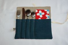 Etui/Pochette roulée à couverts en Lin bleu et Coton bio rouge. http://kumoandfriends.alittlemarket.com/