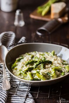 Now is the time of asparagus and a delicious asparagus risotto should not be missing. Risotto with green asparagus is an absolute feel-good recipe. Asparagus risotto Risotto with green asparagus - Small culinary Monika monikaheckhm Beilagen Now is Clean Eating Soup, Clean Eating Recipes, Healthy Recipes, Best Asparagus Recipe, Clean Eating For Beginners, Eating Habits, Food Inspiration, Betty Crocker, Food And Drink