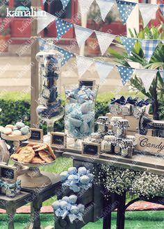 www.kamalion.com.mx - Mesa de Dulces / Candy Bar / Postres / Evento / Blanco & Azul / White & Blue / Vintage / Rustic Decor / Dulces / Máquina de coser / Sewing Machine / Lecheros / Maletas / Bautizo / It's a boy.