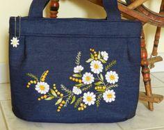 Este hermoso bolso hecho a mano es de Hungría. Se hace con el tradicional kalocsa bordado. La bolsa es 100% hecho a mano y está hecha de lona
