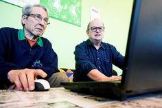 Moni ikäihminen ei osaa käyttää nettiä – paras opettaja on toinen seniori. Luentotyyppiset tietoiskut vetävät 20–200 henkeä ja lisäksi opastajilta saa henkilökohtaista neuvontaa.