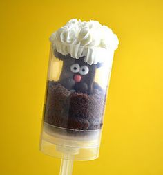 Groundhog Day Cupcake Push Pops - so cute! McCoard Burrough - looks like they're using your push pop things! Groundhog Day, Preschool Groundhog, Preschool Snacks, Kid Activities, Preschool Crafts, Edible Crafts, Food Crafts, Cake Pops, Chocolates