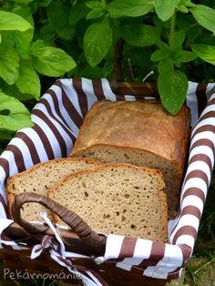 """Zcela obyčejný žitný chlebík - jen z žitné chlebové mouky, se zcela všední přípravou. Díky žitu a vetšímu množství vody v těstě vydrží opravdu dlouho vláčný a asi nejvíc mi chutná s máslem a sýrem....nebo jen se sýrem....ale i tvarohová pomazánka není marná. Prostě - u nás vyhrává co nejprostší """"mazání"""" nebo obloha ;-) …"""