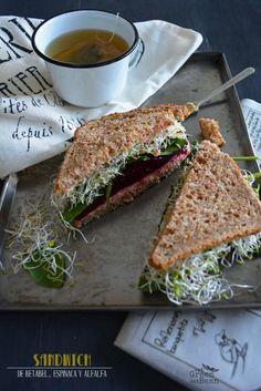 SANDWICH BETABEL, ESPINACA Y ALFALFA  Delicioso para desayunar, cenar o llevar de lunch a la oficina, muy saludable y diferente al mismo sandwich de siempre!