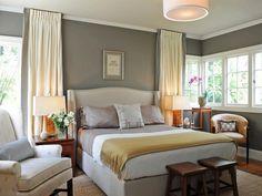Une belle option pour la chambre grise est d'utiliser le rouge pour la couverture de votre tapis et les drapeaux. Une autre couleur qui va bien avec le gris