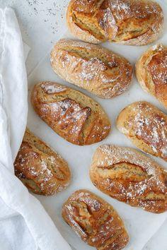 Nattjästa frallor | Fridas Bakblogg Artisan Bread Recipes, Baking Recipes, A Food, Food And Drink, Sweet Buns, No Knead Bread, Bread Bun, Bread Baking, Food Porn