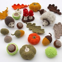 Free crochet patterns for autumn designs Crochet Gratis, Crochet Diy, Crochet Fall, Crochet Amigurumi, Crochet Home, Amigurumi Patterns, Crochet Patterns, Crochet Wreath, Crochet Flowers
