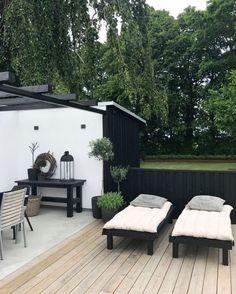 Förra helgen när det var trädgårdsrundan tog vi en sväng om Enkla Ting. Kajsa som äger stället hade öppnat upp sin trädgård och visade sin nybyggda baksida med pool, pool-house, terrass och vackra pla