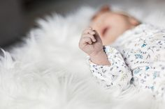 selective focus photography of baby sleeping on white fur pad Baby Leggings, Baby Images, Baby Pictures, Free Images, Newborn Posing Guide, Baby Popo, Newborn Photography Poses, Focus Photography, Photography Ideas