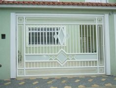 O portão de garagempode ser fabricado em chapa e tubo, chapa e tela, chapa e madeira, chapa, tubo e madeira, entre outros.