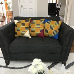 Give your interior a beautiful African and cultural flavor with these cushions.Description:Dimension: x / 45 cm x 45 cmPolyester kente fabric Also available with a Blue and Bordeau trimGreat housewarming gift, wedding gift or home . African Home Decor, Printed Curtains, Great Housewarming Gifts, African Print Fashion, Home Look, Green And Purple, House Warming, Love Seat, Pillow Covers