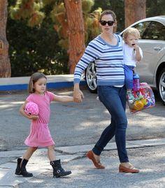 Jennifer Garner Takes Her Kids To The Park Jennifer Garner Pregnant, Baby Bump Photos, Child Actresses, Baby Bumps, Celebs, Celebrities, Celebrity Gossip, Sports News, Children