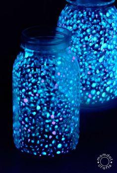 Vesmír skrátka fascinuje. A platí to aj pre tento čarovný svietnik - náladové osvetlenie, ktoré sa hodí nielen do prítmia večernej izby, ale i na posedenie pod hviezdami.