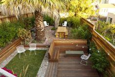 Garten gestalten - Holzbank und Kunstrasen