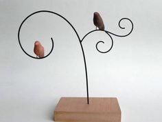 Escultura em arame com 2 passarinhos de cerâmica e base de madeira