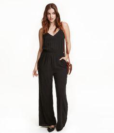 Jumpsuit aus Viskose. Modell mit V-Ausschnitt, schmalen verstellbaren Trägern und dekorativem Cut-out im Rücken. Elastische Taillennaht und Seitentaschen. Weite, gerade Beine.