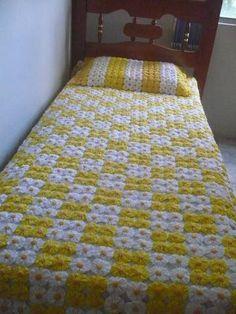 ~ Colcha de fuxico bicolor - Her Crochet Crochet Bedspread Pattern, Granny Square Crochet Pattern, Crochet Pillow, Crochet Blanket Patterns, Bed Cover Design, Designer Bed Sheets, Yo Yo Quilt, Crochet Sunflower, Patch Quilt