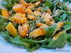 Salada de rúcula com manga e avelãs