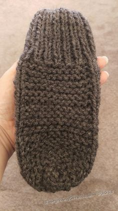 Needlework Projects Granny's Old Fashioned Knitted Slippers - Everything Coralie - This is a really simple old-fashioned knit slipper pattern. Step-by-step instruction to creat your own easy Granny's Old Fashioned Knitted Slippers pattern. Knitting For Kids, Easy Knitting, Knitting Stitches, Knitting Socks, Knitting Patterns Free, Quick Knitting Projects, Knitting Tutorials, Loom Knitting, Knitting Needles