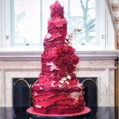 Don't miss this impressive Christmas wedding cake! See more party ideas an… WOW! Don't miss this impressive Christmas wedding Luxury Wedding Cake, Floral Wedding Cakes, Hotel Wedding, Christmas Wedding Cakes, Holiday Cakes, Vegan Wedding Cake, Rustic Cake, Take The Cake, Beautiful Cakes