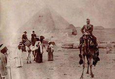 صوره نادره جدا للفنان شارلي شابلن في زيارته للاهرامات يعود تاريخها الي مارس 1932
