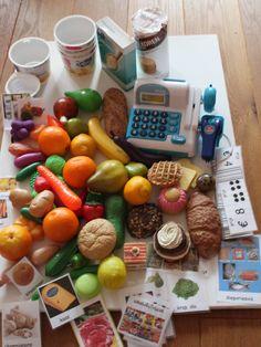 Maak een supermarkt in de klas. Verzamel de materialen en ga ze ordenen met de kinderen. wat is wat. benoemen. Woordveld winkel maken.