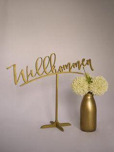 Mit dem Willkommen Schild heißt ihr Eure Hochzeitsgäste stillvoll willkommen. Erhältlich in gold und silber bei www.weddingchic.de #hochzeitsschilder #weddingsigns