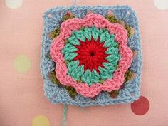 Circle in a granny square // Flower in a granny square tutorial by pinkfluffywarrior.