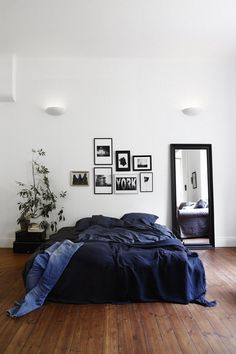 Du bleu indigo, du noir et blanc, chambre simple et tendance | indigo Blue, black and White Bedroom, simple and trendy #gallery wall #mirror #linen