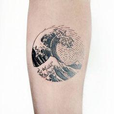 Tatuaje inspireado en 'La gran ola de Kanagawa' de Hokusai. Artista Tatuador: Pablo Díaz Gordoa