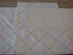 Jogo de lençol, 3 peças, para berço. Composição: Percal 200 fios, 100% algodão. Medida do lençol de baixo, com elástico:1,00 x 1,75m Medida do lençol de cima: 1,00 x 1,65m (dobra feita) Medida fronha: 0,30x0,40 Bordado: Feito a mão, com rococó de florzinhas e treliça de renda, 100% algodão. Tudo aplicado no tecido percal 200 fios, 100% algodão. Embalagem: Envelope plástico com rendinha. R$ 288,00