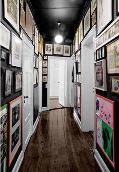 Flur Deko-Ideen - Home Decorating Ideas - Decoration Black Hallway, Black Walls, White Walls, Hallway Art, Upstairs Hallway, Hallway Ideas, Design Entrée, House Design, Design Ideas
